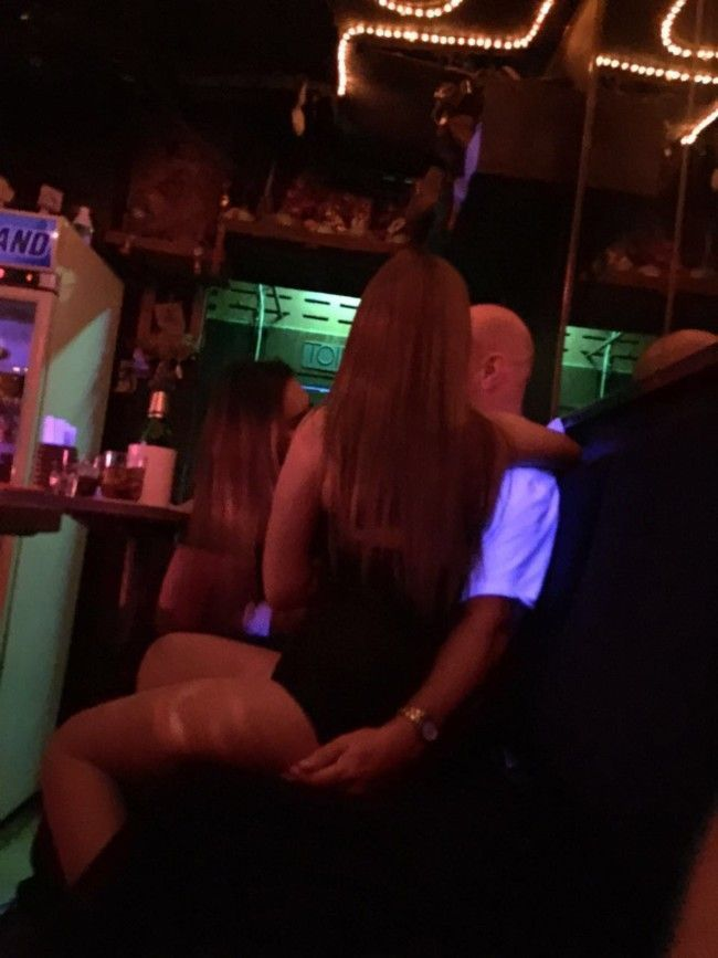 Kompiss females peeing