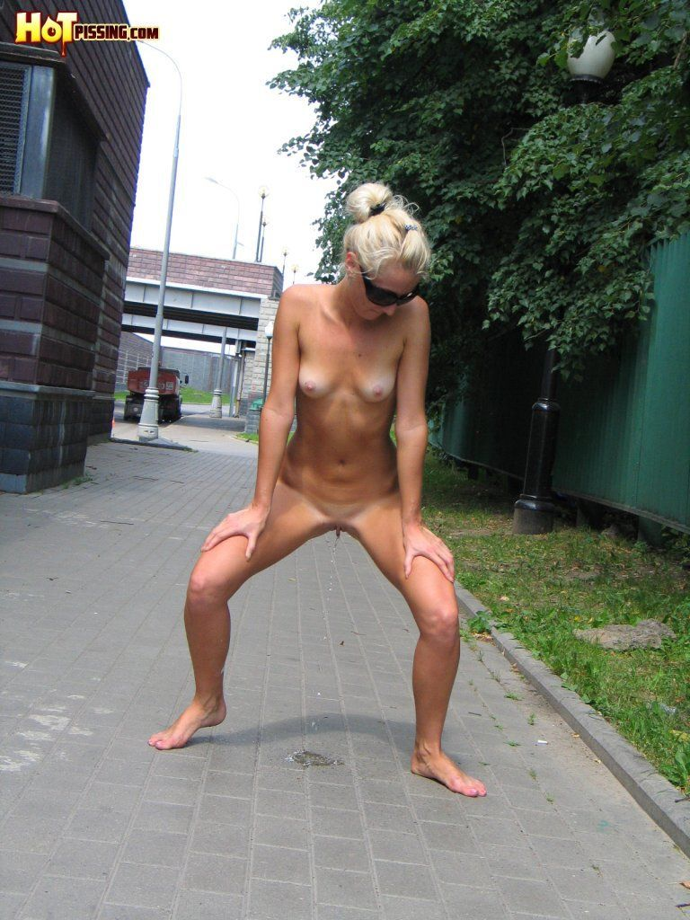 Naked women peeing in public photos correctly