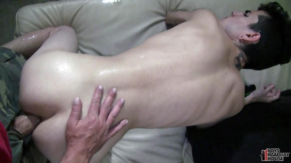 Pretty gay gets his asshole drilled from behind